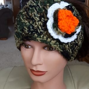 🎁NWOT Headband with flower detail, hand crocheted